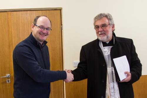 Ks. Proboszcz Marek Doszko i Gabriel Bies po podpisaniu umowy.